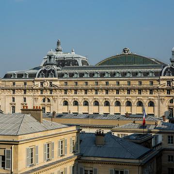 Vue sur le musée d'Orsay depuis l'Hôtel d'Orsay à Paris