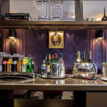 Le bar libre service à l'Hôtel Mansart Paris